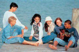 jovenes socializando relaciones amistad